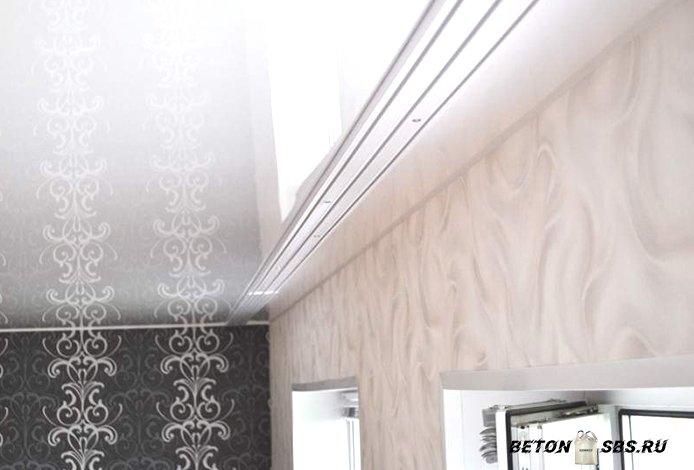 Пластмассовый потолочный карниз для штор: советы по выбору в фото